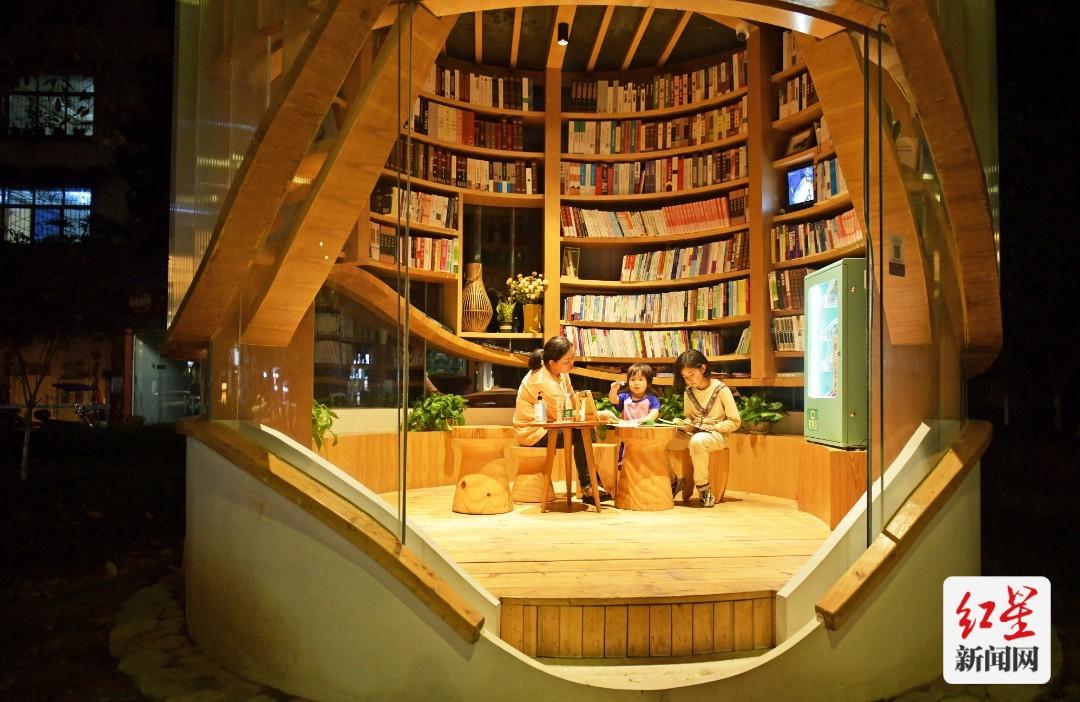 """邛崃:24小时不打烊的留灯书屋 每夜守护""""家""""的温度"""